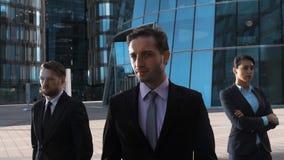 Heldendicht van drie ernstig zakenlui wordt geschoten dat stock video