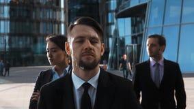 Heldendicht van drie ernstige bedrijfsmensen wordt geschoten die stock videobeelden