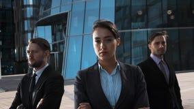 Heldendicht van 3 ernstige bedrijfsmensen wordt geschoten die stock video