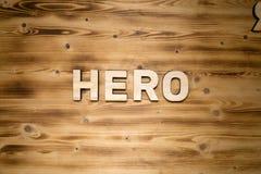 HELDENwoord van houten blokletters op houten raad wordt gemaakt die stock foto's