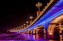 Helder aangestoken brug bij nacht royalty-vrije stock afbeelding