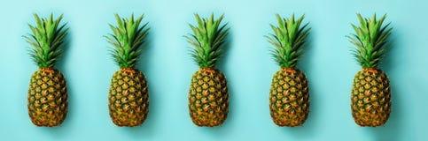 Helder ananaspatroon voor minimale stijl Hoogste mening Pop-artontwerp, creatief concept De ruimte van het exemplaar Verse ananas stock fotografie