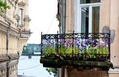 Helder balkon met kleurrijke bloemen in de oude stad in Vyborg, Rusland Royalty-vrije Stock Foto's