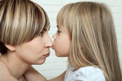 Helder beeld van het koesteren van moeder en dochter, moedersdag Royalty-vrije Stock Afbeelding