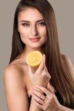 Helder beeld van mooie vrouw met citroenplak stock fotografie