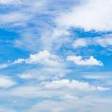 helder blauw hemelhoogtepunt met cumuluswolken Royalty-vrije Stock Fotografie