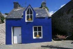 Helder blauw huis in Ardgroom-Dorp, Cork, Ierland Stock Foto's