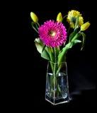 Helder bloemboeket in glasvaas stock foto's