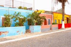 Helder de straat van kleurenhuizen visserijdorp, Palmeira, de Eilanden van Kaapverdië Royalty-vrije Stock Afbeelding