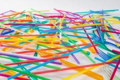 Helder en giftig beschikbaar stro die met kleurrijke vorken liggen royalty-vrije stock foto's