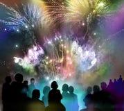 Helder fonkelend vuurwerk en geïllustreerde toeschouwerssilhouetten Stock Afbeelding