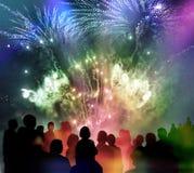 Helder fonkelend vuurwerk en geïllustreerde toeschouwerssilhouetten Stock Foto's