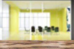 Helder geel de ruimte binnenlands onduidelijk beeld van de bureauconferentie Stock Afbeeldingen