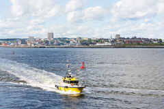 Helder Geel Proefboat speeding from St Johns royalty-vrije stock foto's