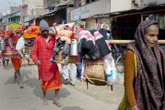 Helder geklede godsdienstige pelgrimsgang naast de weg in landelijk India Stock Fotografie