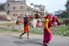 Helder geklede godsdienstige pelgrimsgang naast de weg in landelijk India Royalty-vrije Stock Foto