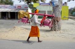 Helder geklede godsdienstige pelgrimsgang naast de weg in landelijk India Royalty-vrije Stock Fotografie
