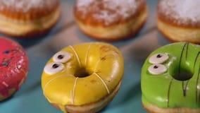 Helder gekleurd donuts met ogen stock videobeelden