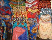 Helder gekleurde en gevormde rokken die in koopvaardijbox hangen stock fotografie