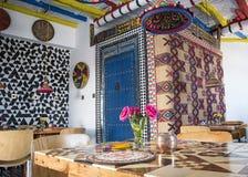 Helder gekleurde Marokkaanse gestileerde boutiquebistro Stock Afbeelding
