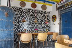Helder gekleurde Marokkaanse gestileerde boutiquebistro Stock Fotografie