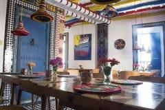 Helder gekleurde Marokkaanse gestileerde boutiquebistro Stock Afbeeldingen