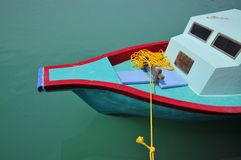 Helder gekleurde vissersboot, de Maldiven stock afbeeldingen
