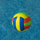 Helder gekleurde voetbal in water Stock Afbeelding