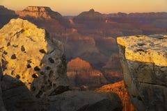 Helder gekleurde zon die delen van de bergen raken bij het Nationale Park van Grand Canyon Stock Afbeeldingen