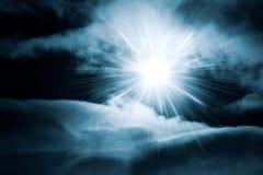 Helder glans door nachthemel met wolken stock foto's