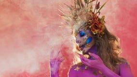 Helder Halloween-beeld, Mexicaanse stijl met suikerschedels op gezicht Jonge mooie vrouwen heldere roze huid stock foto
