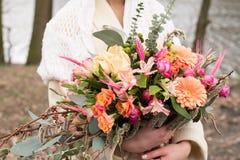 Helder huwelijks rustiek boeket ter beschikking van een bruid Stock Foto