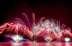 Helder Kleurrijk die Vuurwerk over het overzees wordt geschoten stock afbeelding
