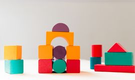 Helder kleurrijk houten blokkenstuk speelgoed Bakstenenkinderen die toren, kasteel, huis bouwen royalty-vrije stock foto's