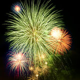 Helder kleurrijk vuurwerk in de nachthemel Royalty-vrije Stock Foto's