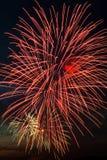 Helder kleurrijk vuurwerk in de nachthemel Stock Afbeeldingen