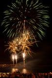 Helder kleurrijk vuurwerk in de nachthemel Stock Afbeelding
