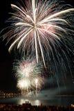 Helder kleurrijk vuurwerk in de nachthemel Stock Foto