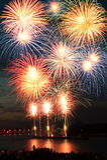 Helder kleurrijk vuurwerk in de nachthemel Royalty-vrije Stock Foto