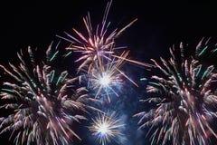 Helder kleurrijk vuurwerk en begroeting Royalty-vrije Stock Fotografie