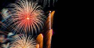 Helder Kleurrijk Vuurwerk op donkere hemelachtergrond Royalty-vrije Stock Foto