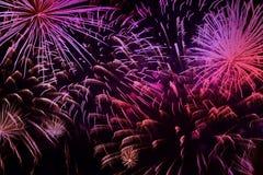 Helder levendig purper vuurwerk met vonken Explosieve pyrotechnic apparaten voor esthetische en vermaakdoeleinden, art. stock fotografie