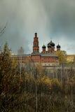 Helder licht over Orthodox klooster in de donkere hemel Stock Foto's