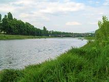 Helder mooi de lentelandschap van de Uzh-Rivier en de Grote Brug in Uzhgorod, de Oekraïne stock foto