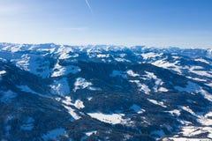 Helder panorama van bergketens met sneeuw en ijs op de bovenkanten tegen de blauwe hemel in de winter en dichte bossen royalty-vrije stock foto