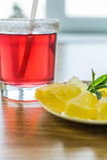 Helder rood fruitdrank en dessert Stock Foto's