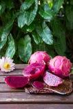 Helder sappig tropisch rood draakfruit Draakfruit of Pitaya i Stock Foto's