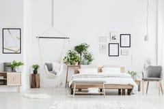 Helder slaapkamerbinnenland met hangmat stock afbeeldingen