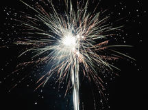Helder steekt het kleurrijke explosieve vuurwerk omhoog de nachthemel bij de vieringen van de Nieuwjaar` s vooravond aan Gelukkig Stock Fotografie