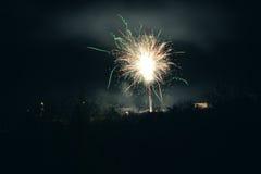 Helder steekt het kleurrijke explosieve vuurwerk omhoog de nachthemel bij de vieringen van de Nieuwjaar` s vooravond aan Gelukkig Royalty-vrije Stock Fotografie